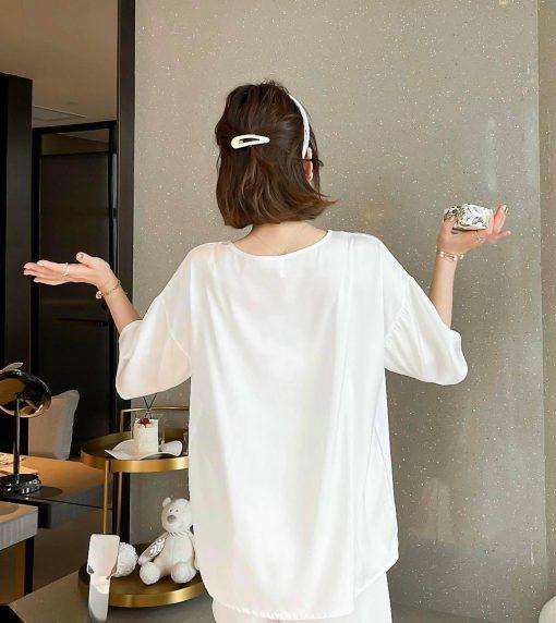 Thế Giới Nội Y B.Lingerie Đồ Bộ Ngủ Đồ Ngủ Cao Cấp Dễ Thương - BO313 -  Thông Tin Về Sản Phẩm Đồ Ngủ Cao Cấp Dễ Thương > Thiết Kế:Mẫu bộ cổ tròn, tay ngắn, quần ngắn. Hàng xuất chuẩn từ Form đến dáng > Chất liệu:Vải satin mềm mại thoáng mát, thấm hút tốt dễ chịu. > Màu Sắc:Màu Trắng. > Mã Số Sản Phẩm: BO313 > Giá: 300.000 VNĐ >> Xem Thêm Những Mẫu Đồ Bộ Ngủ Đáng Yêu Khác Xem Thêm Những Mẫu Đồ Corset Gợi Cảm Khác